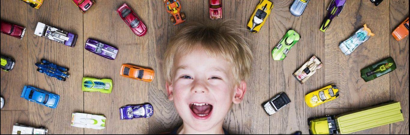 Jongetje met speelgoed auto's